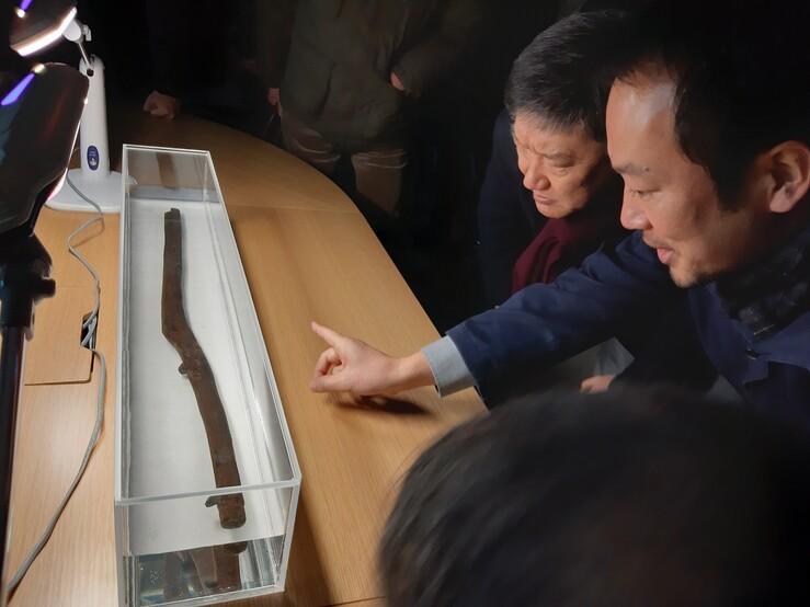 지난 18일 국립경주문화재연구소에 모인 학계 연구자들이 공개된 경북 경산 소월리 유적 출토 목간 실물을 살펴보며 의견을 나누고 있다.