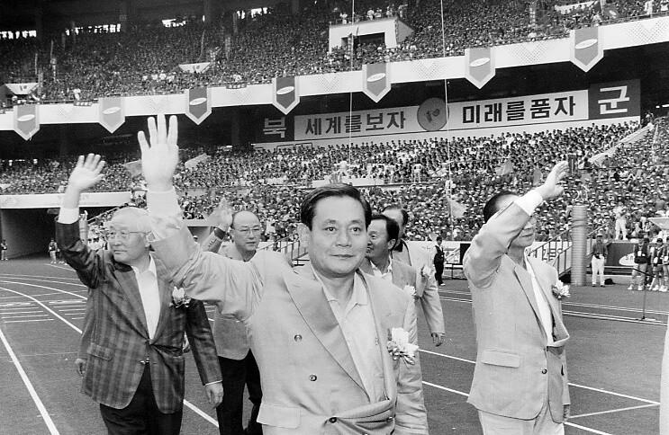1994년 9월9일 서울 잠실운동장에서 '삼성가족 한마음축제'가 열렸다. 삼성그룹 임직원과 가족 등 8만여명이 잠실운동장을 가득 메웠다. 삼성그룹은 신경영 실천의지를 다지기 위해 개최한 행사라고 설명했다. 사진은 강창광 기자가 찍었다.