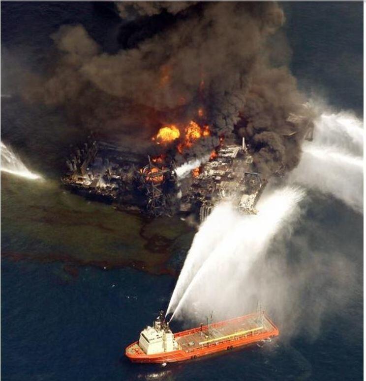 미국 루이지애나주 베니스에서 남동쪽으로 80㎞ 떨어진 멕시코만 해상에서 작업 중이던 '딥워터 호라이즌'이라는 비피(BP)의 석유시추시설에서 2010년 4월 폭발사고가 나자 소방선 한척이 불을 끄려 필사적으로 물줄기를 뿜어내고 있다. 미국 사상 최악의 기름유출 사고로 한반도 넓이의 바다가 오염됐다. AP 연합뉴스