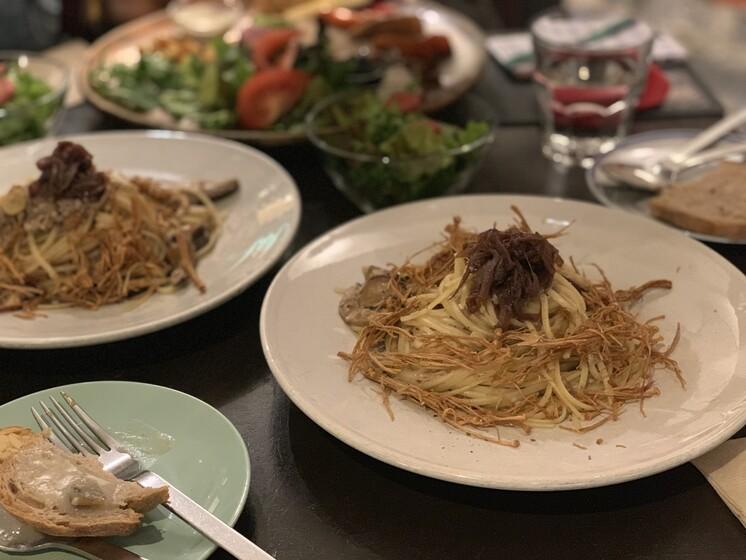 29일 저녁 애피와의 인터뷰 자리는 초식마녀, 단지앙 이 두 탐식가들과의 저녁 식사자리이기도 했다. 두 사람은 똑같이 하루 20그릇 한정 메뉴인 '버섯크림파스타'를 주문했다.