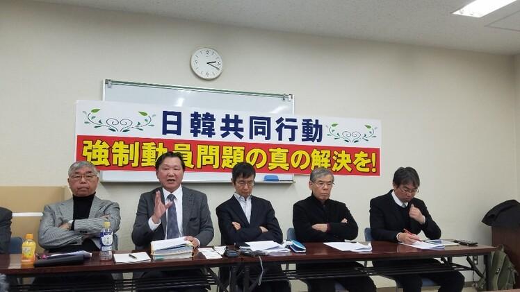 강제동원 피해자를 지원하는 일본 시민단체와 변호인이 일본 도쿄에서 6일 강제동원 문제를 해결하기 위해서 양국 정계·경제계 관계자와 피해자 대리인 등이 참여하는 한-일 공동 협의체 창설을 제안하는 기자회견을 하고 있다.