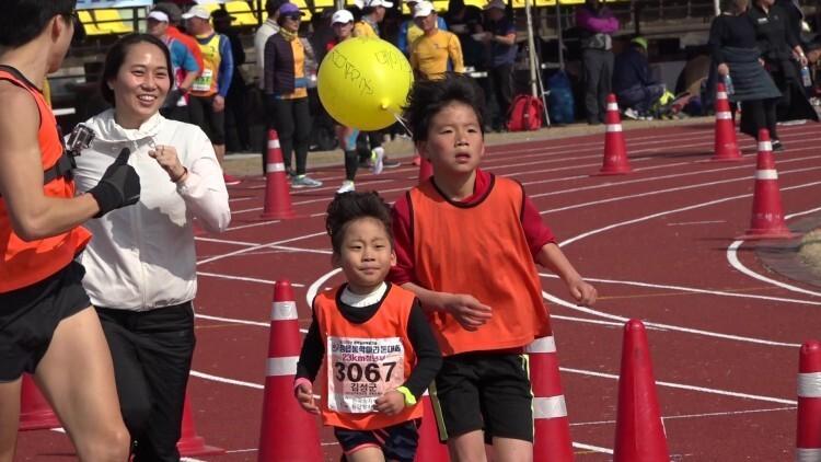 지난해 2월 열린 제125회 정읍 동학마라톤대회에 참가한 가족들이 함께 뛰는 모습.