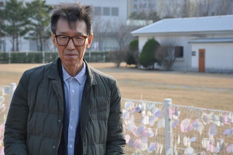 교사 정해직이 40년 전 수감생활을 했던 상무대 영창 앞에서 내란사건 조작 과정을 증언하고 있다. 안관옥 기자