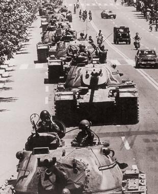 5·18 당시 광주시 서구 화정동 국군통합병원 앞 8차로 도로로 진입하는 계엄군 탱크 대열. 5·18기념재단 제공