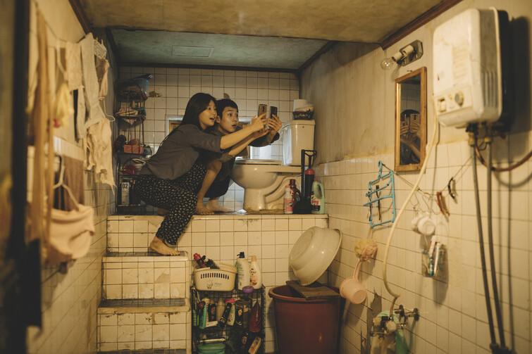 영화 <기생충>의 반지하 장면.