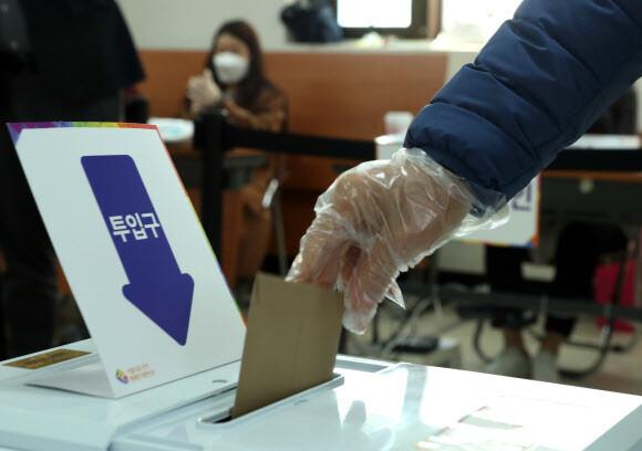 역대 최고 사전투표율…'코로나가 흔든 선거' 외국은 어땠나