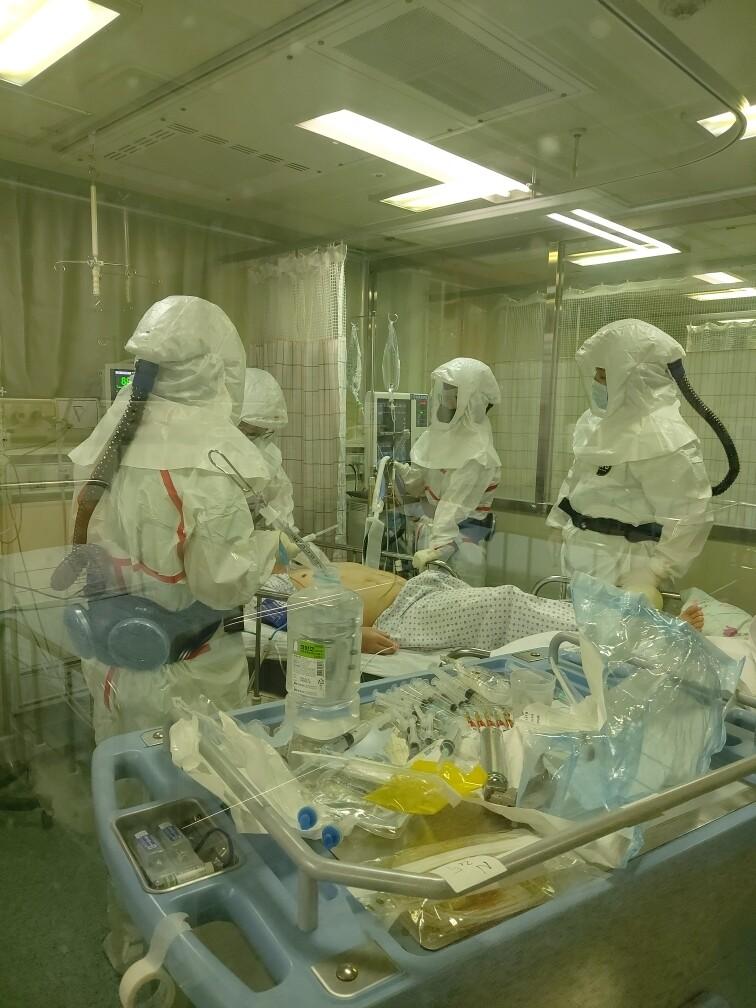 코로나19 지역거점병원으로 지정된 대구동산병원에서 의료진들이 환자들을 치료하고 있다. 대구동산병원 제공