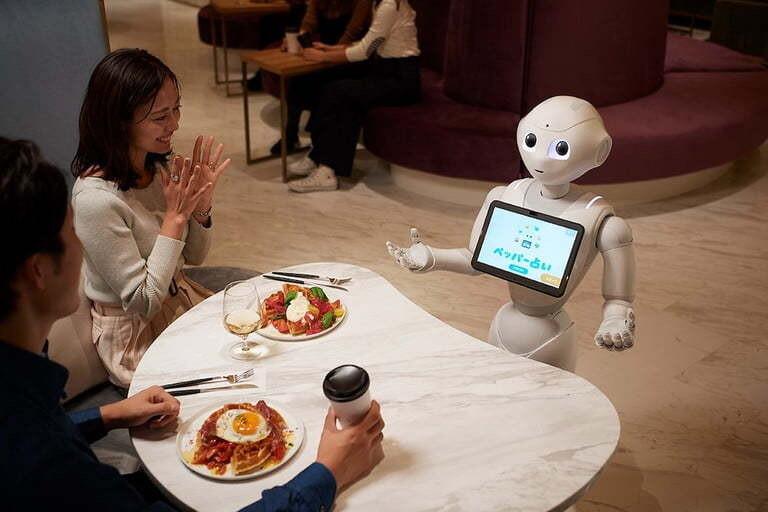 주문받고 춤추고 청소도…사람-로봇 공존의 미래 체험 카페
