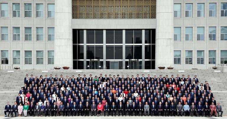 2018년 9월6일 서울 여의도 국회 본청 계단 앞에서 문희상 국회의장을 비롯한 여야의 제20대 국회의원들이 국회 개원 70주년 기념사진을 찍었다. 공동취재사진