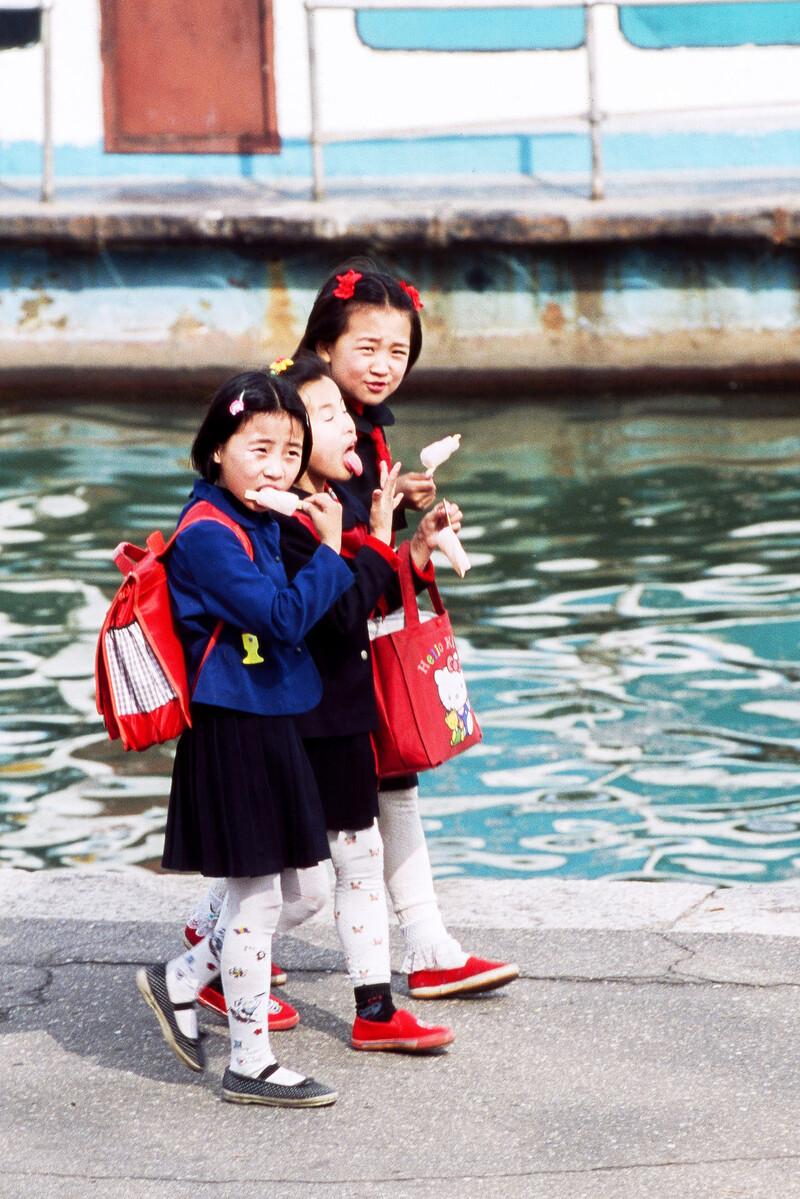 아이스크림을 물고 하교하는 북한 소녀들. 임종진 제공
