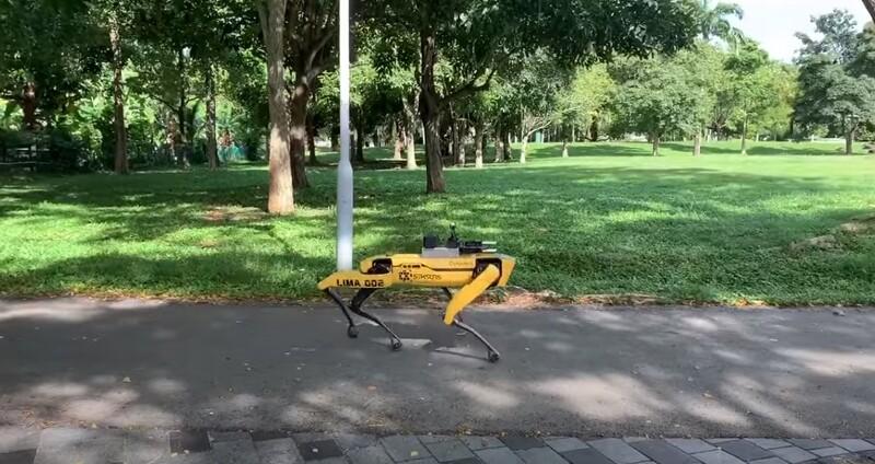 싱가포르 비샨공원을 순찰 중인 로봇개 스팟. 유튜브 갈무리