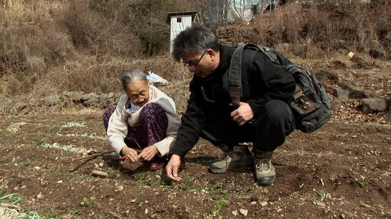 김순규 할머니(사진 왼쪽)와 요리사 임지호. <밥정>의 한 장면. 사진 하얀소엔터테인먼트 제공
