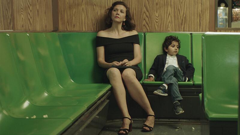 영화 <나의 작은 시인에게> 한 장면. 시인을 꿈꿨으나 재능이 부족해 좌절했던 유치원 교사 리사(왼쪽)는 다섯 살 소년 지미(오른쪽)에게서 시인의 재능을 발견하지만 결국 이별하고 만다. ⓒ엣나인필름