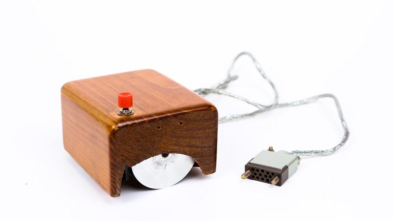 더글러스 엥겔바트가 개발한 최초의 마우스(1964년).