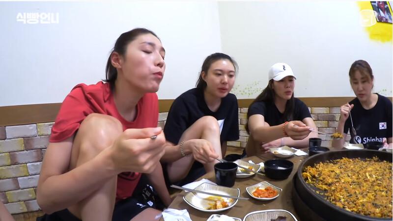 동료들과 닭갈비를 먹는 김연경 선수. 유튜브 <식빵언니> 갈무리