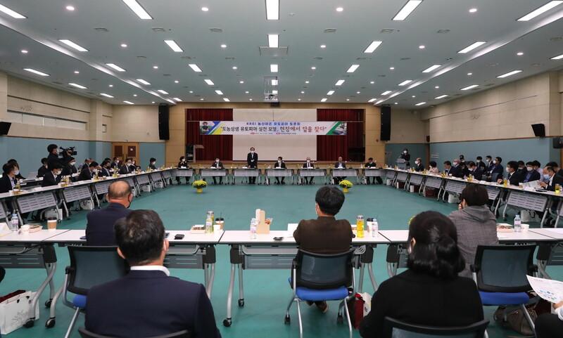 21일 오후 '농산어촌 유토피아' 토론회가 열린 경북 의성군 국민체육센터 대강당에서 김주수 의성군수가 지역재생 전략에 대해 설명하고 있다. 의성군 제공