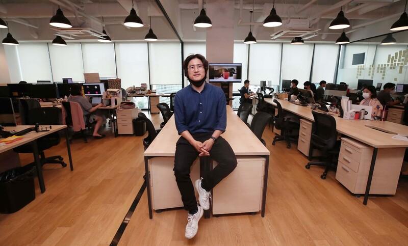 크라우드 펀딩 플랫폼 텀블벅 염재승 대표가 1일 오후 서울 을지로 패스트파이브에 자리잡은 텀블벅 사무실에서 <한겨레>와 인터뷰를 하고 있다. 공유오피스를 쓰기 때문에 대표사무실을 가지고 있지 않다. 백소아 기자 thanks@hani.co.kr