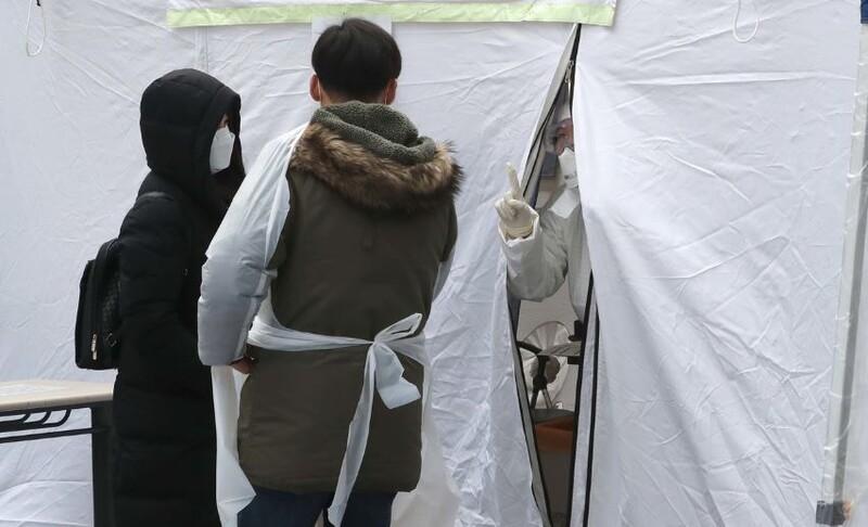 지난 7일 코로나19 감염증 선별진료소가 마련된 서울 서대군구 연희동 서대문구보건소에서 시민들이 의료진의 안내를 받고 있다. 박종식 기자 anaki@hani.co.kr