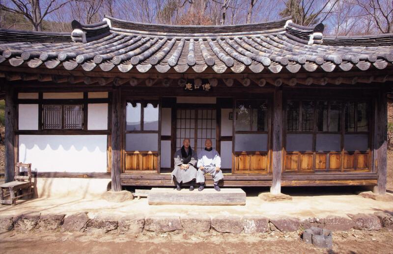 법정 스님이 불일암에 머물 당시 맏상좌 덕조 스님(왼쪽)과 마루에 앉아 있다. 불일암 제공