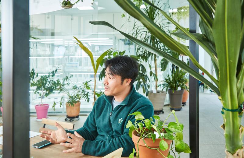 """이정철 서울식물원 식물연구과장은 """"식물 기르기에 정답은 없다""""라고 말한다. 사진 경지은(스튜디오 어댑터)"""