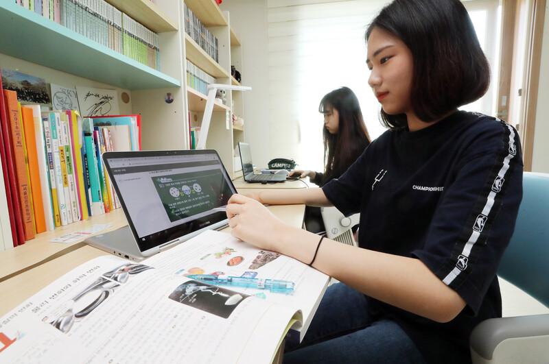 온라인 개학 첫날, 불안한 서버에도 '수업혁신' 가능성