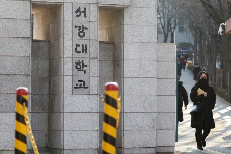 코로나19 확산 우려가 커지면서 서울 일부 대학들이 개강 연기를 한 지난 4일 오전 서울 마포구 서강대학교 정문을 통해 마스크를 쓴 학생이 나서고 있다. 서강대는 학생 안전을 위해 입학 행사와 졸업식, 신입생 오리엔테이션을 모두 취소하고, 개강도 2주 연기하기로 결정한 바 있다. 연합뉴스
