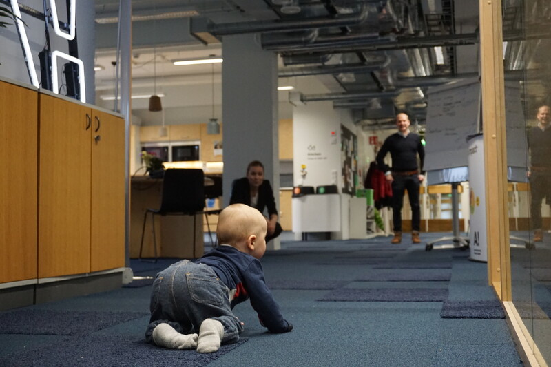 알토스타트업센터 내의 한 창업가가 막간을 이용해 아이와 함께 놀이를 하고 있다.