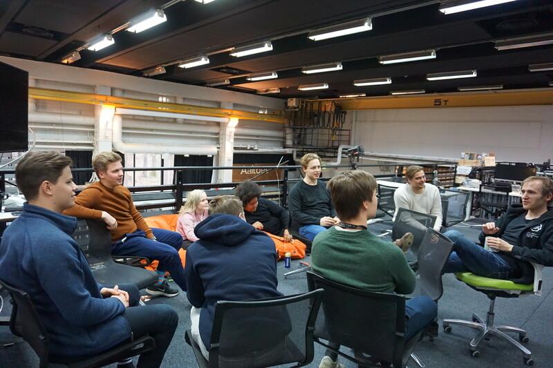 핀란드 헬싱키 근교의 위성도시 에스포에 있는 알토대학의 '스타트업 사우나' 공간에서 청년들이 창업 아이디어에 대한 이야기를 나누고 있다.
