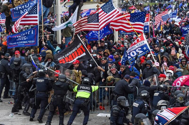 1월6일(현지시각) 미국 워싱턴의 의사당 앞에서 트럼프 대통령 지지자들과 경찰이 충돌하고 있다. 트럼프 지지자들은 조 바이든 대통령 당선자의 승리를 인정하지 않고 의사당을 점거했다. 워싱턴/AFP 연합뉴스