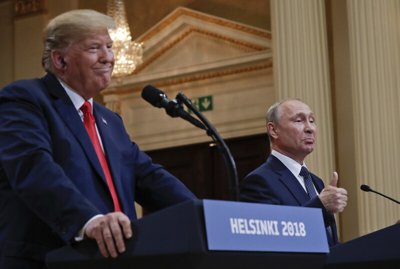 러시아가 아프가니스탄에서 현상금을 걸고 탈레반에 미군 살해를 사주했다는 정보보고를 도널드 트럼프 대통령이 무시했다는 보도가 일파만파 확산되며 '제2의 러시아게이트'로 비화될 조짐을 보이고 있다. 사진은 2018년 7월, 트럼프 대통령(왼쪽)이 핀란드 헬싱키에서 블라디미르 푸틴 러시아 대통령과 함께 공동 기자회견을 하고 있는 모습. 헬싱키/AP 연합뉴스
