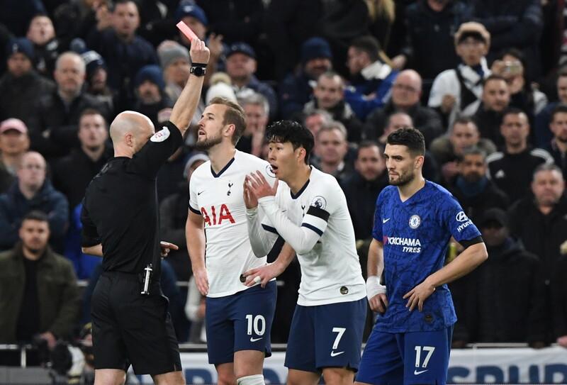 토트넘의 손흥민이 23일(한국시각) 열린 프리미어리그 첼시와의 홈 경기에서 후반 레드카드를 받고 있다. 런던/EPA 연합뉴스