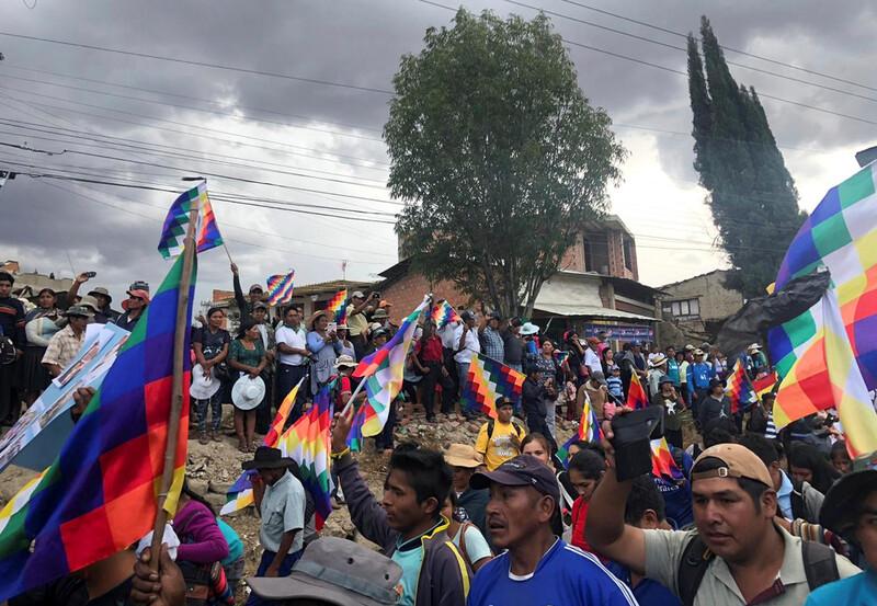 지난 25일 볼리비아 중부 코차밤바주의 도시 사카바에서 원주민 출신인 에보 모랄레스 전 대통령을 지지하는 사람들이 안데스 원주민을 상징하는 깃발 위팔라를 들고 미주기구(OAS) 산하 인권위원회 사무국장을 만나기 위해 모여 있다. 사카바/로이터 연합뉴스