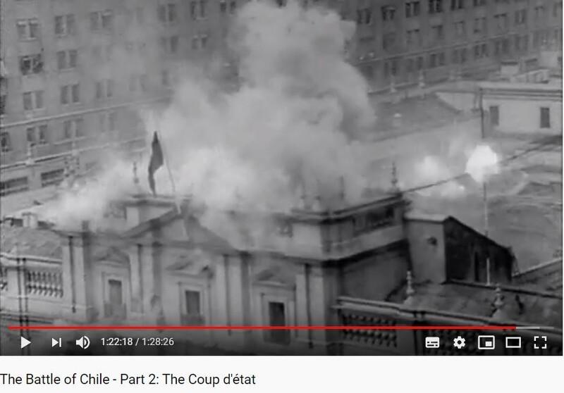 973년 9월, 칠레 군부가 살바도르 아옌데 대통령의 좌파 정부를 뒤엎은 쿠데타에서 대통령궁이 전투기의 폭격을 받아 파괴되고 있다. 칠레 영화감독 파트리시오 구스만의 다큐멘터리 <칠레 전투> 3부작 중 1부 '부르주아지의 봉기'의 한 장면.