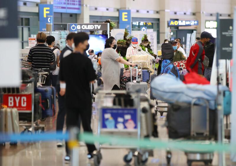 국내 코로나19 신규 확진자 수가 다시 30명대를 기록한 31일 오전 인천국제공항에서 입국객들이 교통편을 기다리고 있다. 이날 0시 기준 국외유입된 신규 확진자 수는 22명으로, 36일째 두 자릿수 증가세를 이어갔다. 연합뉴스