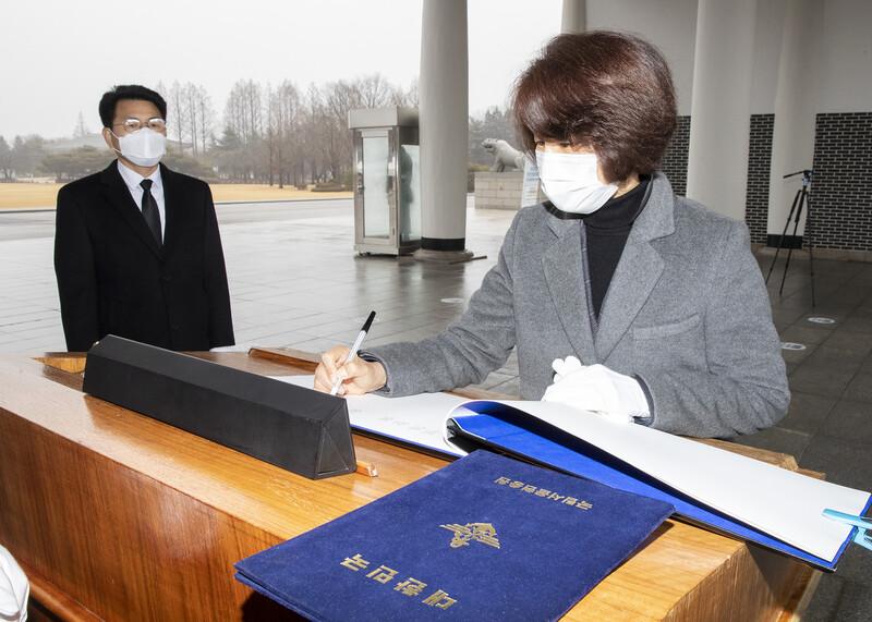 한정애 신임 환경부 장관이 22일 오전 서울 동작구 현충원을 방문해 방명록을 작성하고 있다. 환경부 제공