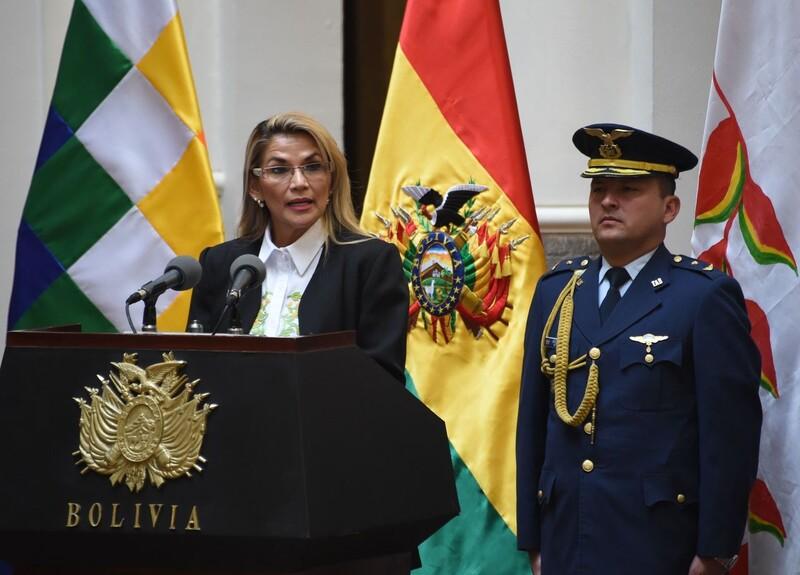지난달 볼리비아 대선에서 부정개표 시비 끝에 축출당한 에보 모랄레스 전 대통령의 공백을 메운 보수야당 소속 자니네 아녜스 임시대통령(왼쪽)이 지난 24일 모랄레스의 출마를 금지한 새 대선 실시 법안에 서명한 뒤 발언하고 있다. 라파스/AFP 연합뉴스