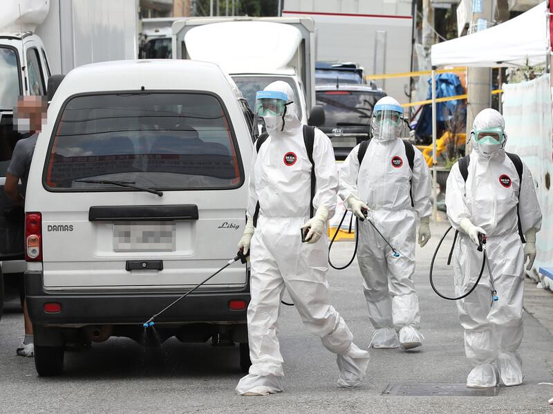 코로나19 집단감염이 발생한 서울 성북구 사랑제일교회 인근에서 16일 오후 방역 작업이 이뤄지고 있다. 연합뉴스