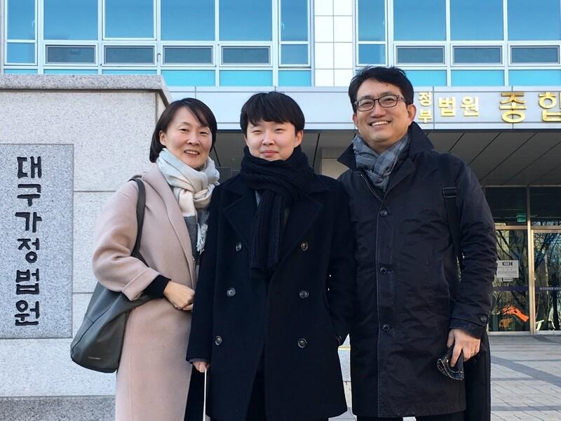 성전환 남성인 변우빈(22)씨와 함께 찍은 변홍철(51)씨 가족 사진. 2017년 12월, 성별정정을 위한 법원 심사 뒤 세 식구가 함께 찍었다. 변홍철씨 제공
