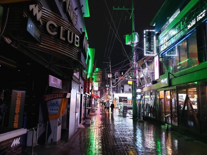 금요일 밤이면 젊은이들과 외국인들로 발 디딜 틈이 없었던 대구 중구 동성로 클럽골목이 21일 밤에는 텅 비어있다.