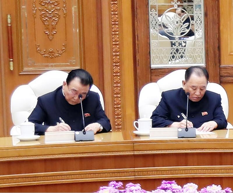 김영철 조선노동당 부위원장(오른쪽)이 4월11일 노동당 중앙위원회 정치국회의에 참석해 주석단에 앉았다. 조선중앙통신 연합뉴스