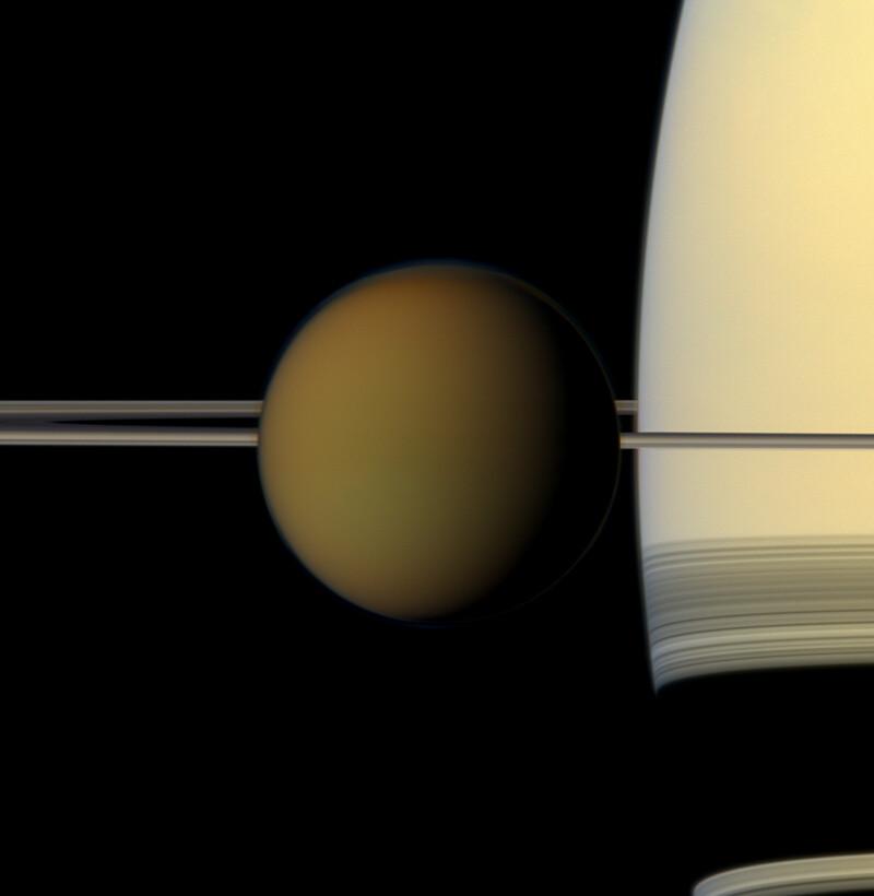 토성과 고리 옆을 지나가는 타이탄. 2011년 카시니호가 타이탄에서 230만km 떨어져 있는 지점에서 촬영했다. 나사 제트추진연구소 제공