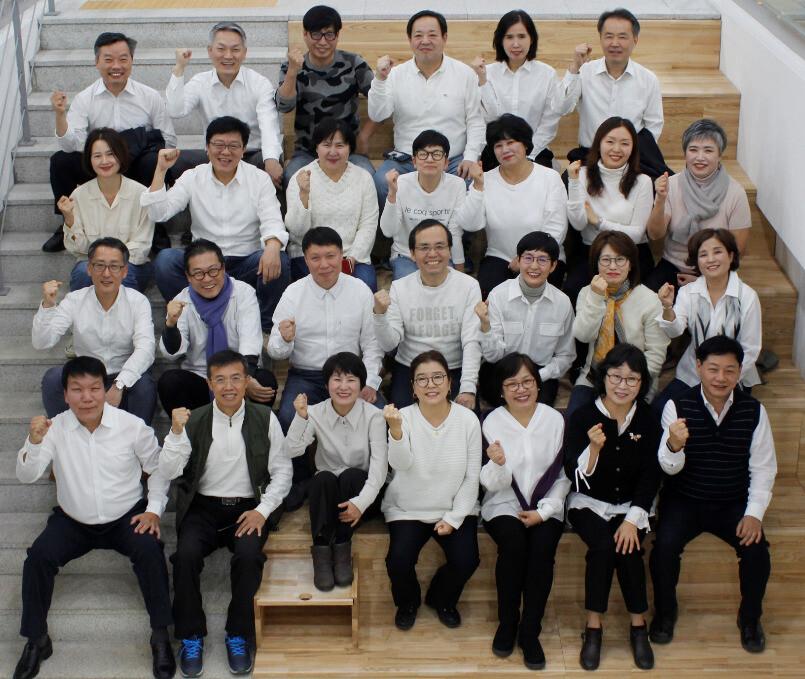 신중년 세대의 도시재생 관련 창업을 돕는 서울시50플러스재단의 '점프업5060' 프로젝트 참여자들이 단체 사진을 찍고 있다. 서울시50플러스재단 제공