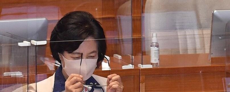 '불기소' 추미애…보좌관과 휴가연장 논의 정황 발견돼