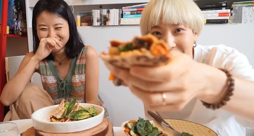 유튜버 초식마녀(왼쪽)와 단지앙은 비건이다. 유튜브 채널에 비건 레시피와 먹방을 올려 '비건먹방 양대산맥'으로도 불린다. 지난 8월 처음 만나 '비건 또띠아 피자' 먹방을 선보이는 두 사람. 유튜브 단지앙 갈무리