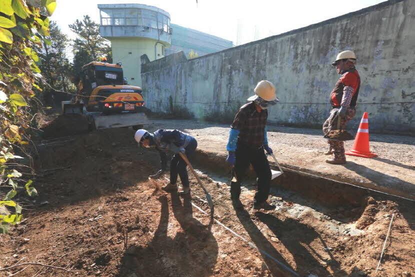 5·18기념재단이 2017년 11월 암매장 추정지인 옛 광주교도소 담장 밖에서 발굴을 하고 있다. 5·18기념재단 제공