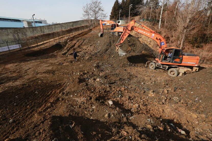 5·18기념재단이 지난해 1월 암매장 추정지인 옛 광주교도소 북쪽 테니스장에서 굴착기를 동원해 발굴하고 있다. 5·18기념재단 제공