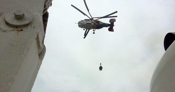 2014년 4월16일 구조 바구니를 활용해 구조 활동을 하는 해경 헬기의 모습. 서해지방해양경찰청 제공