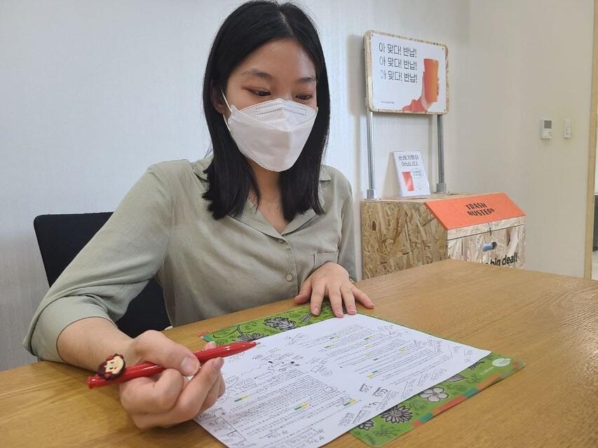 현유정 빅웨이브 활동가가 지난 15일 서울 마포구 한겨레신문사에서 인터뷰 자료를 검토하고 있다.