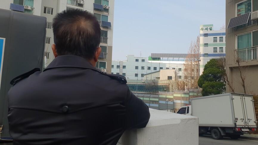 북한과 중국, 한국을 오가며 경계인의 삶을 살아온 박태형(가명·59)씨가 대법원 확정판결을 앞둔 지난 22일 서울의 한 아파트 단지 안에서 하늘을 보며 서 있다.