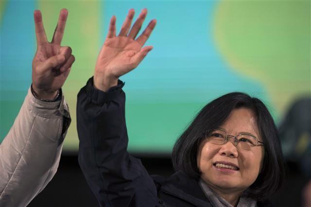 내년 1월11일 실시되는 대만 총통 선거를 앞두고 재선 도전에 나선 차이잉원 총통이 여론조사에서 상대 후보를 두자릿수 이상 앞서 나가고 있다. AP 연합뉴스